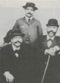 Marcel Schwob (a gauche), W.G.C. Byvanck (a droite), Leon Daudet (au centre)